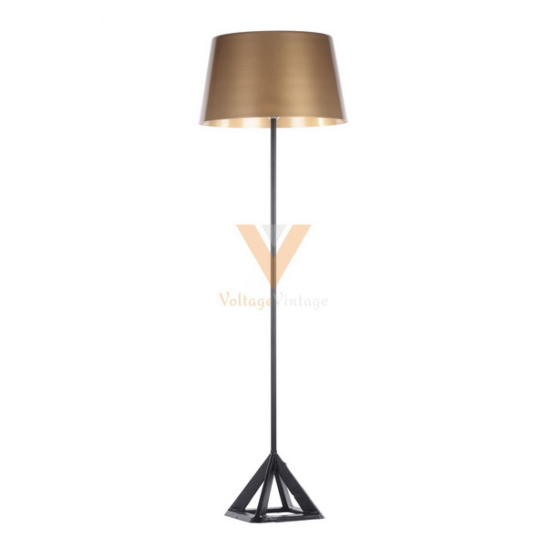 Triangle stand floor lamp